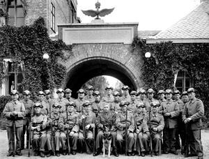 Framför CV. En grupp militärer framför Centralverkstäderna.
