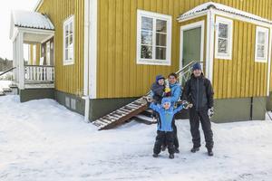 I mars 2012 köpte familjen Halvarsson Aspås prästgård och flyttade in. Familjen består av 38-åriga Liselotte, 2-årige Oskar, snart 5-årige Linus och 43-årige Joakim. I sommar ska husets återstående gula sidor målas vita.
