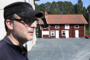 IK Grims klubbhus på Karlsvallen står fortfarande kvar, men matchklockan har stannat för länge sedan.