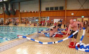 Tävlingen mellan Älvdalens elitidrottare innehöll lite ovanliga moment, som till exempel att dra in banmarkeringarna, vilket var ett tungt jobb.