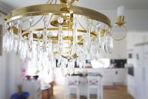 Klassiska inslag är viktigt. Den vackra kristallkronan över matsalsbordet vittnar om det.