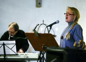 Pelle Uddén och Inga-Lill Wikström låter som många fler än två. De använder förstärkare och synt.
