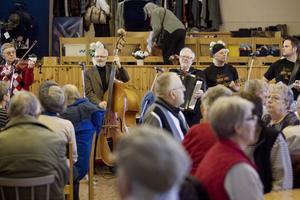 Lördagens musikcafé på Frälsningsarmén i Östersund var välbesökt. Jämtlands lucia och Lindqvistarna drog fullt hus.  Foto: Ulrika Andersson
