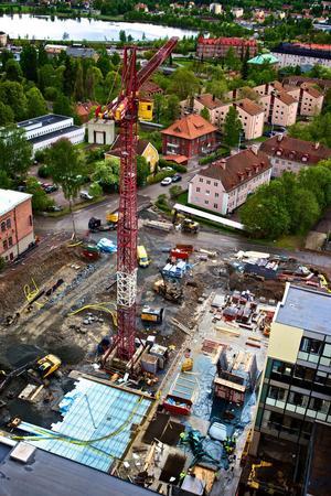 Beslutet att riva den gamla, utdömda byggnaden och ersätta den med en ny, modern vårdbyggnad ställde sig samtliga politiska partier i landstingsfullmäktige bakom. Att ett antal ledamöter i fullmäktige inte förstått att deras beslut om en investering på 600 miljoner kronor tidvis skulle påverka landstingets likviditet är för mig helt obegripligt, skriver Ingalill Persson (S).