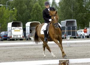 Samspel. Dressyr bygger på god kommunikation mellan häst och ryttare. Ketty Myrtenkvist i Sikfors ryttarsällskap startar först i sin klass med Thriss.