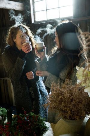 Glöggen värmer i den kalla ladan. Lina Bifrost och Ida Svärdström har blivit varandras kreativa bollplank.