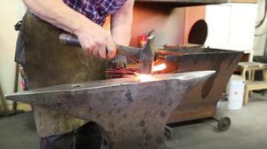 På vikingatiden berättades sägner där smeden var hjälte och runristningar uppfördes med smedens verktyg.