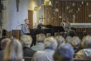 Det var många som ville höra Joakim Simonsson spela med Karin Hans-Ers.