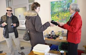 Blodgivarna får en liten present som uppmuntran vid varje givningstillfälle. Angelika Schartman väljer en kasse som Röda kors-värdinnan Barbro Billock överlämnar. Vid sidan syns Kent Sjöberg som också nyss gett blod.