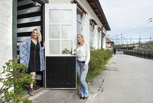 Christine Granholm och Kristina Söderström vid ingången till deras eventföretaget som ligger intill Sundsvalls järnvägsstation.