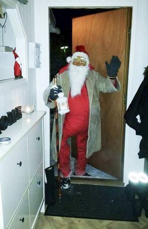 En vanlig syn på julafton. Tomten frågar om det finns några snälla barn...