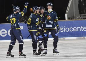 Michael Pettersson grattuleras efter målet som betydde 3-2.