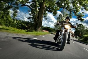 Det vackra vädret har gjort att många tagit fram sina motorcyklar för säsongen. Personen på bilden har ingenting med artikeln att göra.