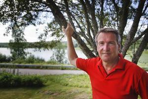 """Lugn och ro. I Raimo Pärssinens trädgård finns lugnet och man har utsikt över sjö, skog och berg. Kontrasten är stor mot den hektiska tillvaron i riksdagen men han säger att han älskar debatterna och interpellationerna. """"Det är skönt att få släppa loss känslorna och brinna"""", förklarar han."""