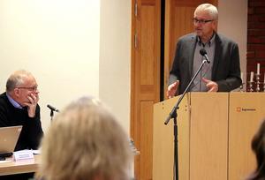 Kjell Grip (KD) och Sten-Ove Danielsson (S) i diskussion vid oktober månads kommunfullmäktige i Ånge.