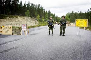 Infartspostens Mats Sjökvist och Urban Hörnkvist har var sin AK 4 som personliga vapen och pansarskott och kulspruta som förstärkningsvapen vid behov.