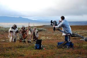 Under helgen spelade Svea television in stenålderscener ur Sveriges historia på Flatruet.   Foto: Jon Jogensjö