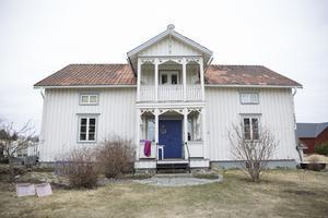 År 2000 flyttade Anna-Sofia tillbaka till Sikås efter att ha bott på andra ställen sedan sextonårs åldern.