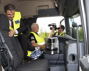 Christer Steingruber, styrelseordförande hos Ernsts Express, körde lastbilen under invigningen av elvägen. Här förevigad på film. I baksätet satt bland andra samordnings- och energiministern Ibrahim Baylan (S).