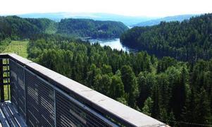 Från en särskild ramp över ett stup vid rastplatsen i Bispgården är utsikten över Indalsälvens dalgång mycket vacker. Men utsikten får trafikanterna vänta på.