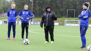 När Norralas flickor skulle få lära sig rätt teknik för tillslag på bollen så började Eija Feodoroff med att visa hur en passning ska slås.