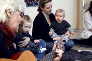 Bitte Blom lederi babysången på Klockarbacken varje tisdag. Hugo Fagermo och Willhelm Agustsson, med mamma Helen Kärrstrand, besökte den nu i veckan.