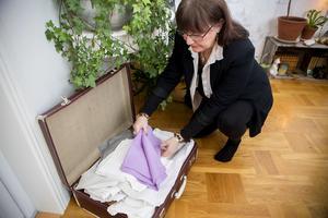 Servetter och dukar ligger i mormors gamla resväska