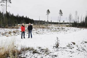 Andréas Axelsson och Örjan Österud, från Jämtlandsgas, på plats där den planerade biogasanläggningen ska ligga, mittemot Fyrås Trä & impregnering.
