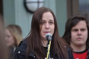 Höll tal. Talare på demonstrationen var Ida Katiska från Ungdom mot rasism.
