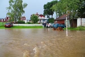 Carina Häggblom och Mats Nordqvist kom hem från semester i Skåne, och möttes av en översvämmad gårdsplan och en bortspolad väg till garaget. Med på bild är också sonen Elias Nordqvist.
