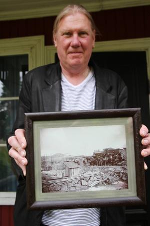 Lars Ljungström med ett fotografi från tiden då den första bron i Edänge byggdes.