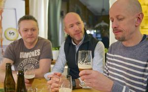 Bryggarna i Tännäs provar en ny ölsort som ännu inte lanserats. Det är en dubbel-ipa med hemligt arbetsnamn. Henrik Bergström och Greger Thörn väntar på ett utlåtande från Pär Rahmqvist. – Smakrik. Den har mer av allt, säger han.