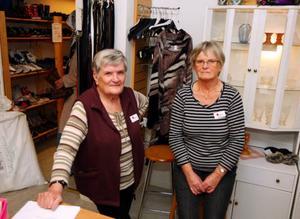 """""""Det känns hårt för oss som jobbar ideellt"""", säger Eivor Östgren och Birgitta Sundqvist på Kupan i Krokom, apropå miljonsvindeln i Röda korset. En hög chef har förskingrat miljonbelopp under många år. Foto: Jan Andersson"""