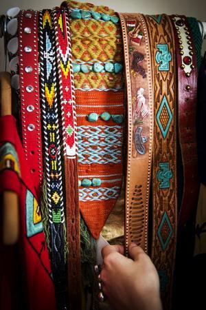 Favoritfärgerna turkos och orange återkommer i både hemmet och garderoben.