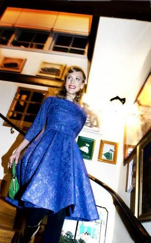 Spetsen är populärare än på länge. En blå klänning från 50-talet, med trekvartsärmar och ett spetslager över blankt tyg. En grön väska i mocka bryter av och piggar upp. Fyndat på Nybo Café.