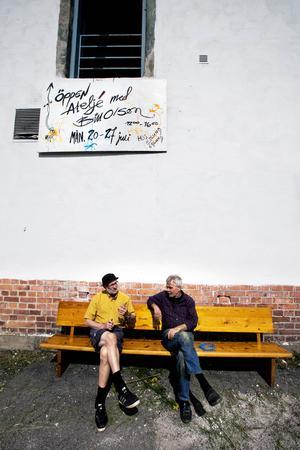 Dolda sånger från en balkong. Bill Olson diskuterar sitt nya konstprojekt med fastighetsägaren Leif Edlund.