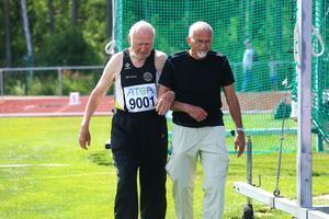 Valter Ulander tar hjälp av vännen Göte Hinders i diskuskastningen.