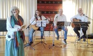 Fyra röster om konsten att leva: Stora Skedvi-författaren Karin Jarl Nydén i Gustafs församlingshem tillsammans med musikanterna Elvira Birgitta Holm, Göran Sundmark och Erland Nydén.