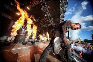 Raised Fist sparar inte på pyroeffekterna under sina konserter.