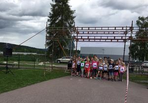 Redo för start för gruppen som ska springa tre kilometer. Mörka moln noteras knappast.