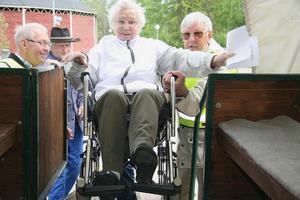 Regina Jonsson fick hjälp att komma upp i vagnen med sin rullstol. Hon tyckte det kändes roligt att få åka häst och vagn till och från Forsparken.