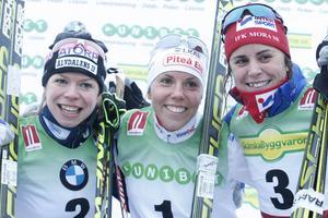 Delad glädje och så vidare... Maria Rydqvist, tvåa, Charlotte Kalla, vinnare och Anna Haag, trea, poserar efter lördagens fristilslopp.