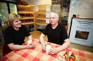 Klaus Hohenwald med hembakat bröd till den mindre hamburgervarianten på 1,2 kilo som går att få utan förbeställning dagen före.Makarna Marika och Klaus Hohenwald är båda 51 år. För snart två år sedan bröt de upp från stressen i Strausberg i östra Tyskland och startade livet på nytt i lugna Ytterån.
