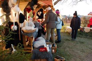 Trevlig stämning och vacker miljö lockade många till julmarknaden.