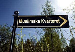 Visar vägen. Så småningom kommer den här skylten ändras till Gamla muslimska kvarteret och det gravkvarter som blir klart i höst får namnet Nya muslimska kvarteret.
