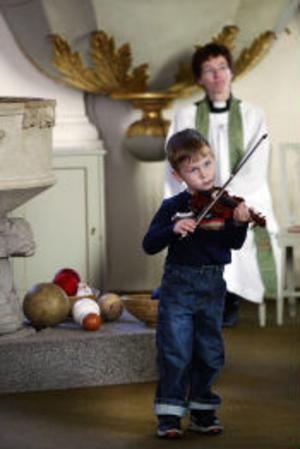 Minst av alla var femårige Erik Simonsson från Härnösand. Trots att han varken var stor eller hade mycket rutin var det inget fel på spelglädjen när det gällde att hantera fiolen som han lärt sig att spela på utan noter.