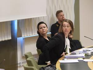 Misstänkta 42-åringen Johanna Möller med sin försvarsadvokat Amanda Hikes i Västmanlands tingsrätt i Västerås.