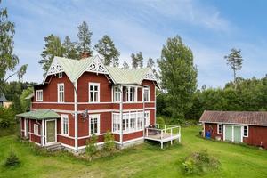 fc7c2c05fe6e Det röda huset med grönt plåttak har fått många klick på Hemnet.