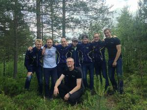 Skogslöparnas lag med Arvid Strandberg, Jonas Byström, Börje Pauler, Emanuel Näslund, Anton Strandberg, Jonas Hälldal, Stefan Sjölund och lagledaeren Torgny Näslund.