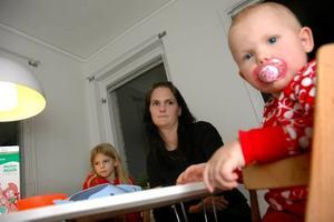 """KNÄCKT. Anna Svensson kan inte ta dagisplatsen i Älvkarleö bruk åt dottern Novali.  """"Skulle jag gå fram och tillbaka till Älvkarleö bruk så orkar jag inte göra mer den dagen,"""" säger Anna som lider av fibromyalgi. I bakgrunden syns dottern Linnea Svensson."""